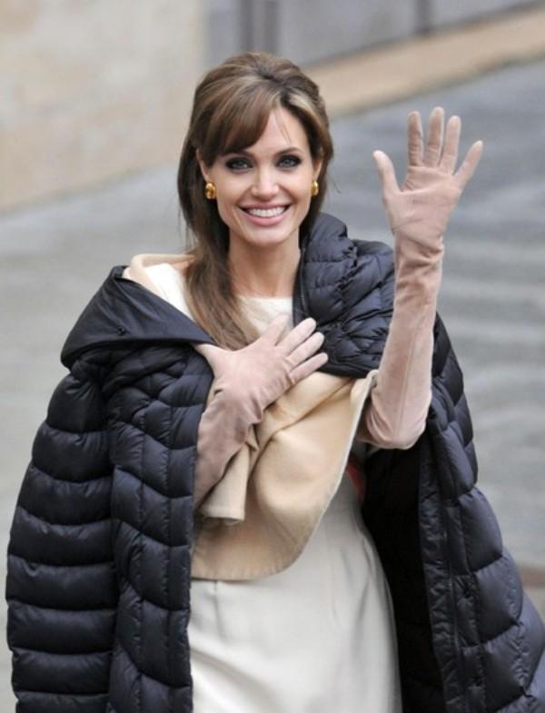 Анжелина Джоли в длинных замшевых перчатках